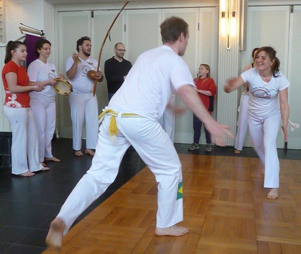 Capoeira-Spiel in der Roda - ein Mann mit einer Frau