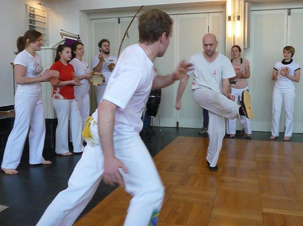 Capoeira-Spiel in der Roda - zwei Männer