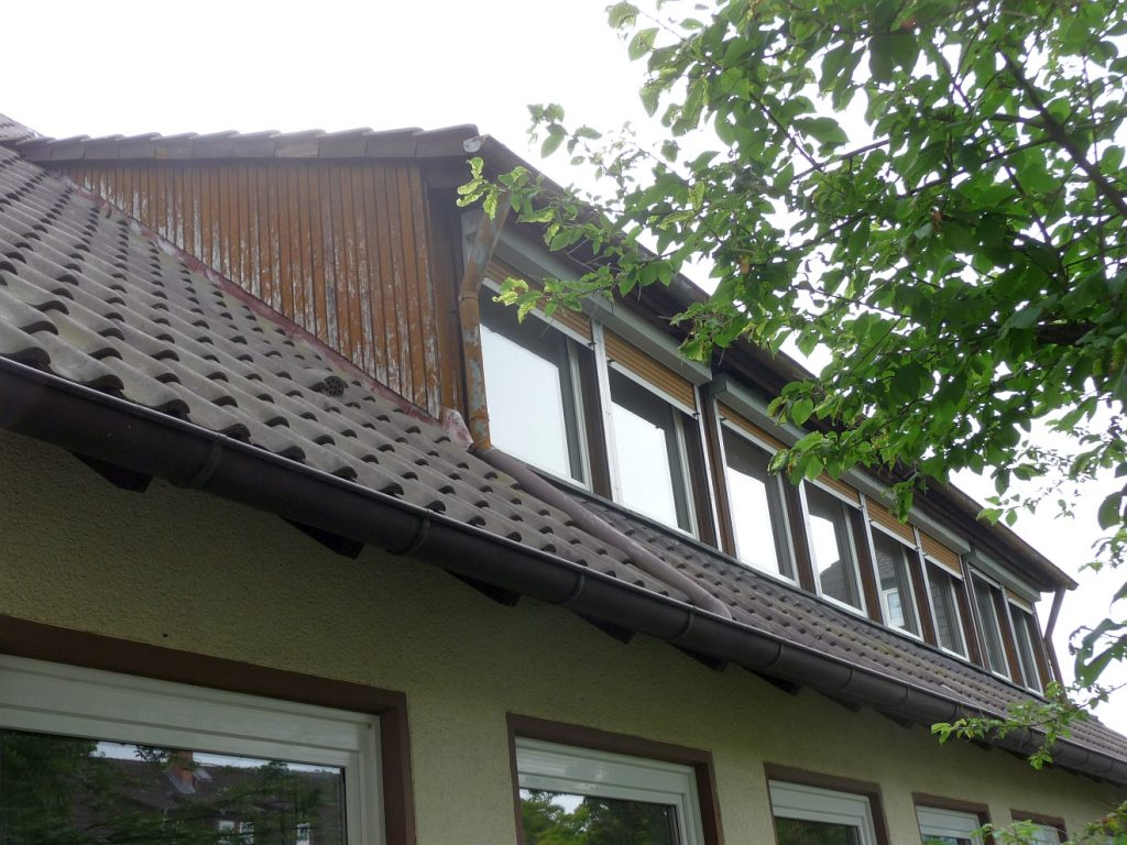 Die Dachgauben der Pfarrwohnung vor der Sanierung