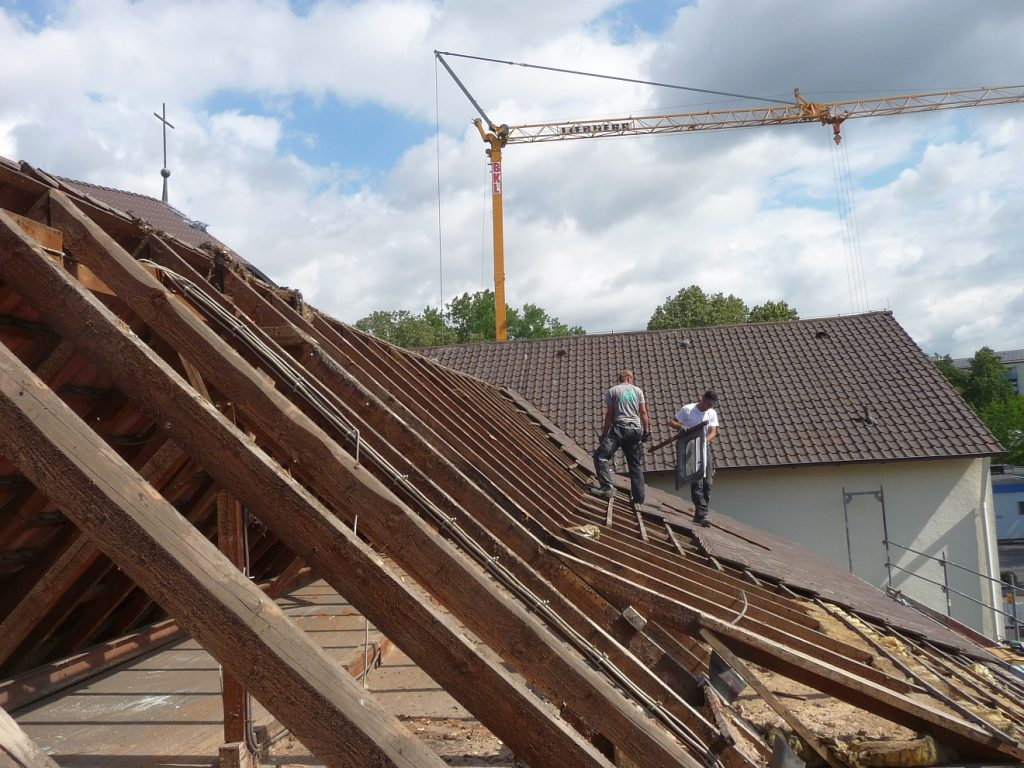 Das Dach des Gemeindezentrums wird abgedeckt
