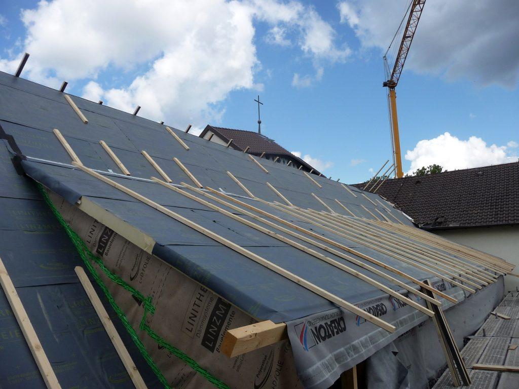 Dach und Gauben werden wärmegedämmt und fachgerecht neu gedeckt