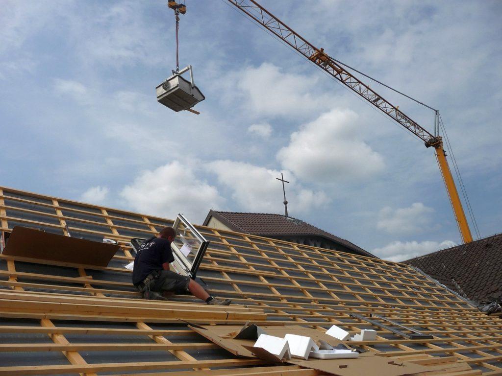 Mit dem Baukran werden die Dachziegel an Ort und Stelle gebracht