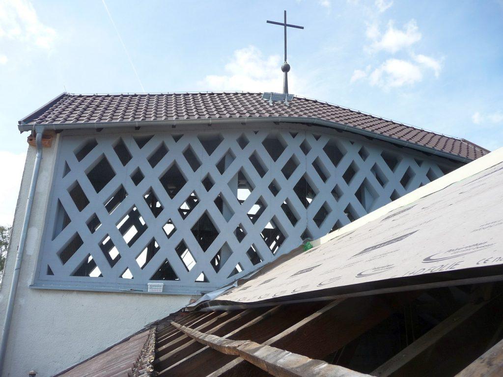 Das offene Kirchendach und der bereits seit 2013 fertig gedeckte Kirchturm