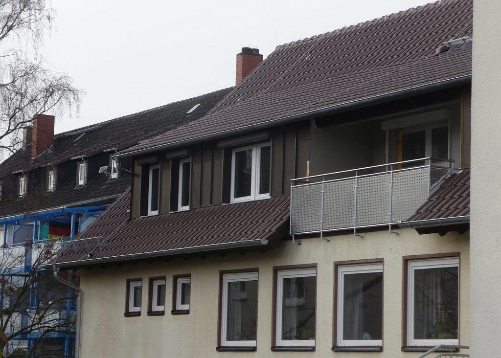 In die Pfarrwohnung wurde bei der Sanierung ein Balkon für die Pfarrfamilie eingebaut