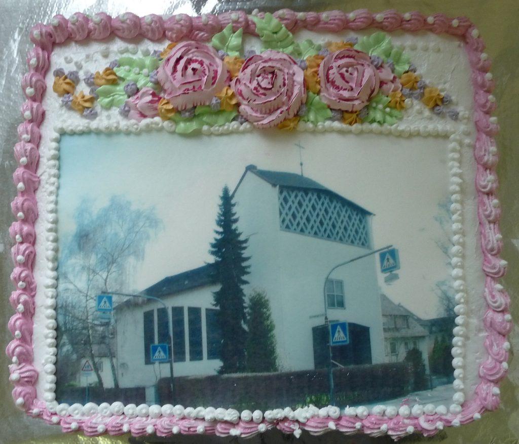 So sah der von Olga Bagrij zum Festanlass gebackene Kirchenkuchen vor dem Anschnitt aus...