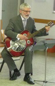 Pfarrer Helmut Schütz mit seiner Gitarre