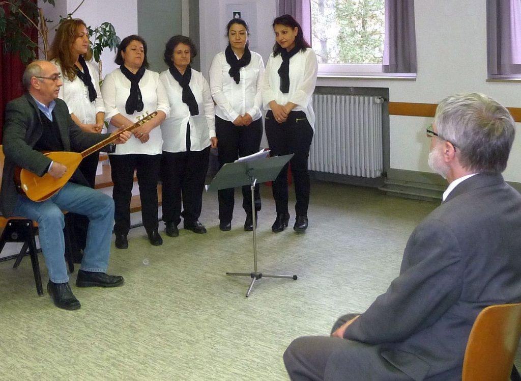 Der alevitische Frauenchor mit Jusuf Kantekin und seiner Baglama