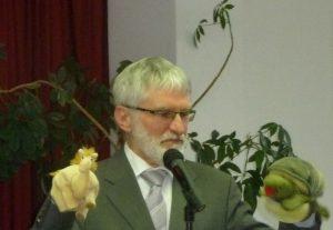 Pfarrer Schütz mit den Handpuppen Jamal, dem kleinen Kamel, und der Schildkröte Zappi