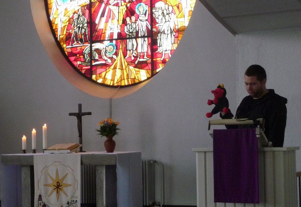 Auf dem Altarfensterbild sind zwei Szenen mit Paulus zu sehen