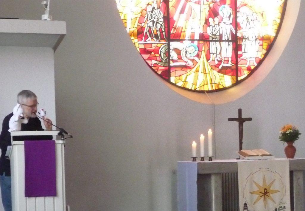 Gabi ruft Fischli, damit er erklärt, ob es ein christliches Opferfest gibt