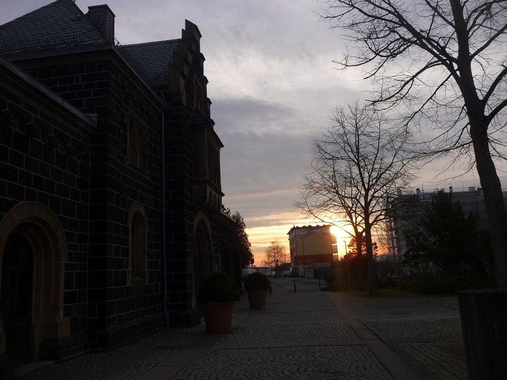 Sonnenaufgang am Vorplatz der Friedhofskapelle auf dem Rodtberg in Gießen