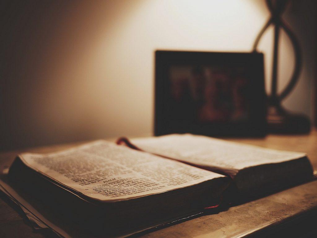 Gnade und Barmherzigkeit: eine alte aufgeschlagene Bibel