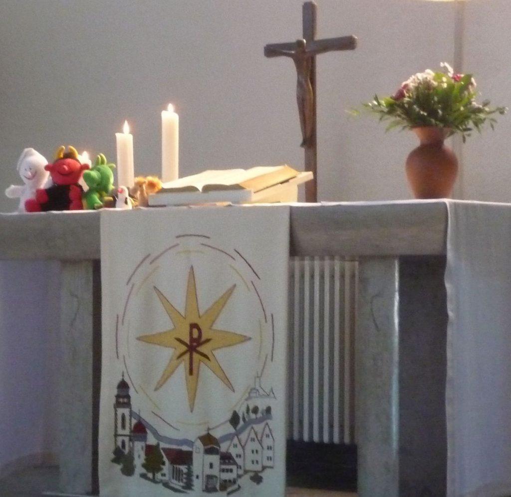 Der Altar mit den sechs Handpuppen Gabi, Lutz, Nappi, Fischli, Zappi und Jamal