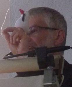 Die Fingerpuppe Fischli, gespielt von Pfarrer Schütz
