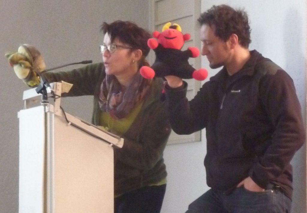 Die Handpuppen Zappi und Lutz, gespielt von der Kita-Leiterin und einem Erzieher