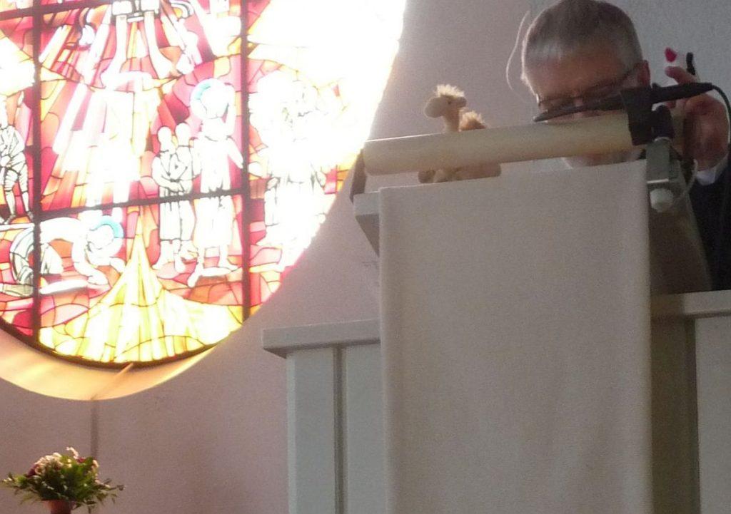 Die Handpuppen Jamal und Fischli, gespielt von Pfarrer Schütz