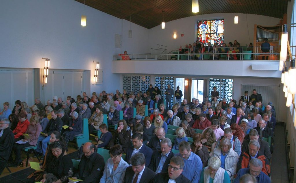 Gottesdienstbesucher in der Pauluskirche