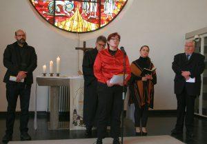 Prädikantin Gaby Engel ist ebenso an den Fürbitten beteiligt...