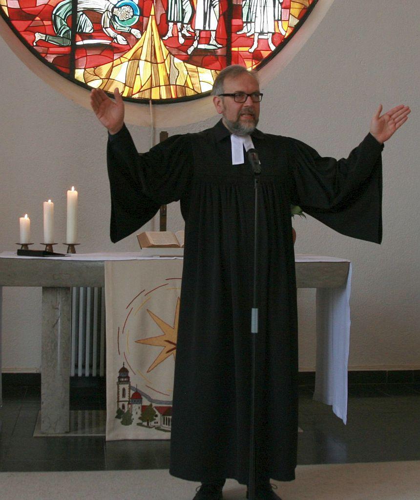 Propst Matthias Schmidt spricht den Segen für die Gemeinde