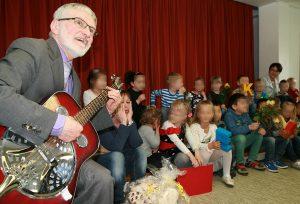 """Pfarrer Helmut Schütz singt mit den Kindern """"Echt elefantastisch!"""""""