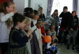 Die Kinder des Belcantostudios singen und produzieren Seifenblasen