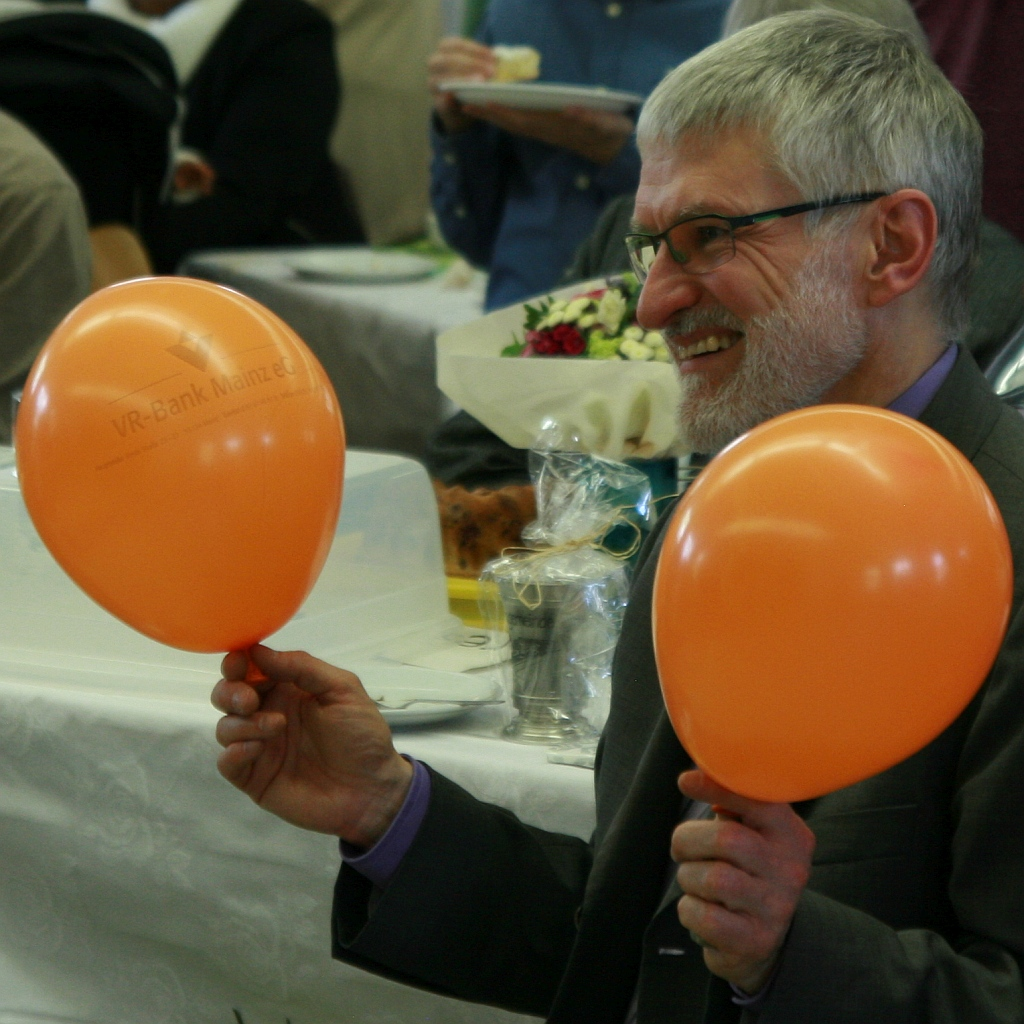 Pfarrer Helmut Schütz freut sich sichtlich