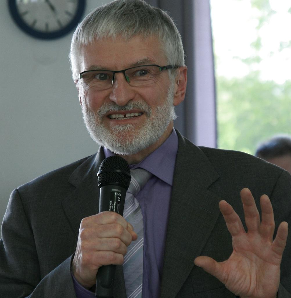 Pfarrer Helmut Schütz bedankt sich...