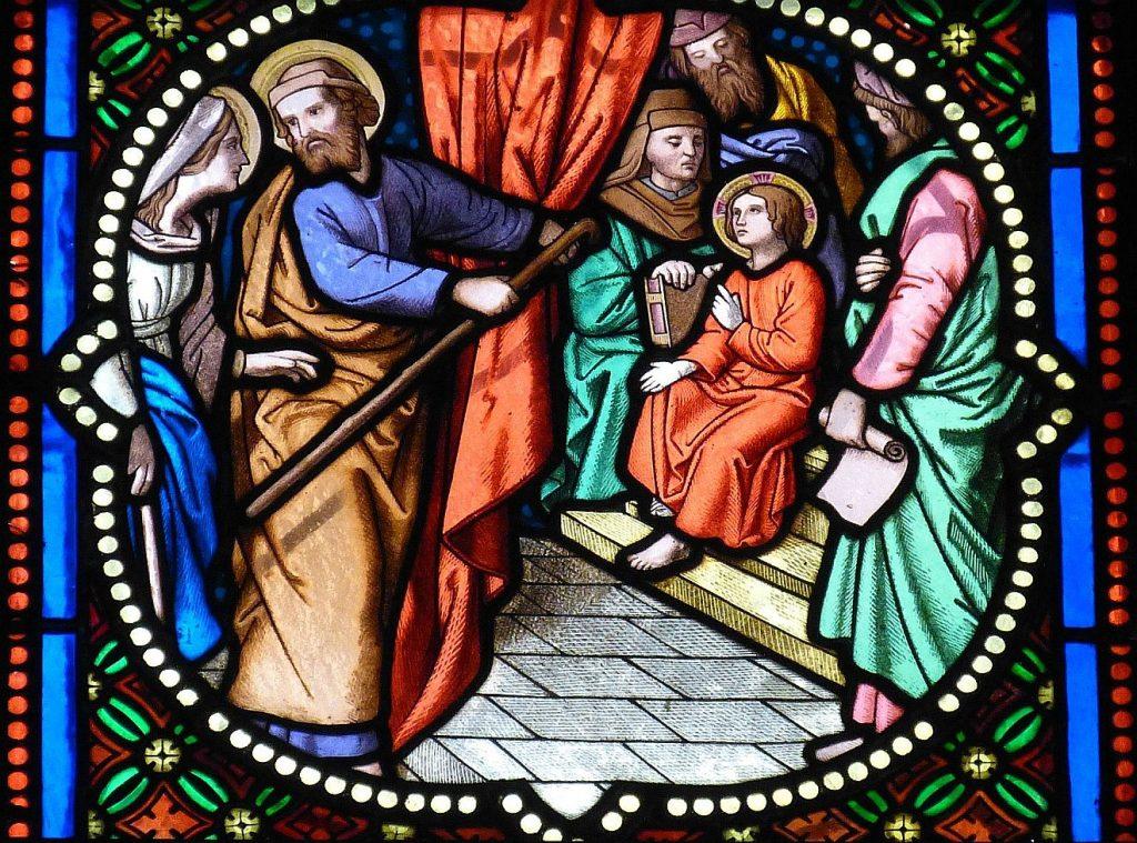 Kirchenfenster: Maria und Josef finden Jesus bei den Schriftgelehrten im Tempel