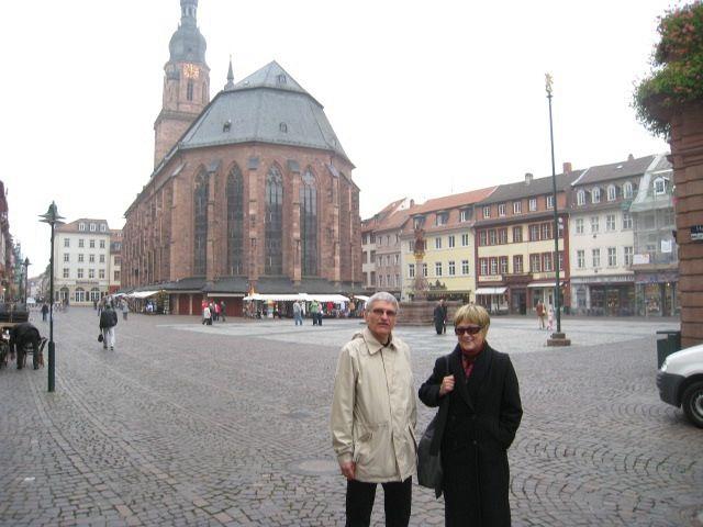 Helmut Schütz and Jane Schaberg in front of the Heiliggeistkirche in Heidelberg