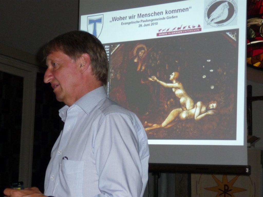 Martin Bergmann vor dem Bild, das die Geburt Evas aus der Seite Adams zeigt