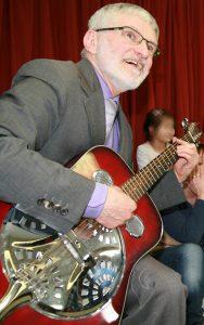 Helmut Schütz mit seiner Metallresonator-Gitarre