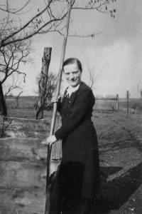 Das Bild zeigt Gertrud Kretschmer auf dem elterlichen Hof in Riemberg, Schlesien.