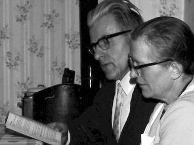 Das Bild zeigt Gertud Schütz mit ihrem Mann Rudi an Weihnachten 1967.