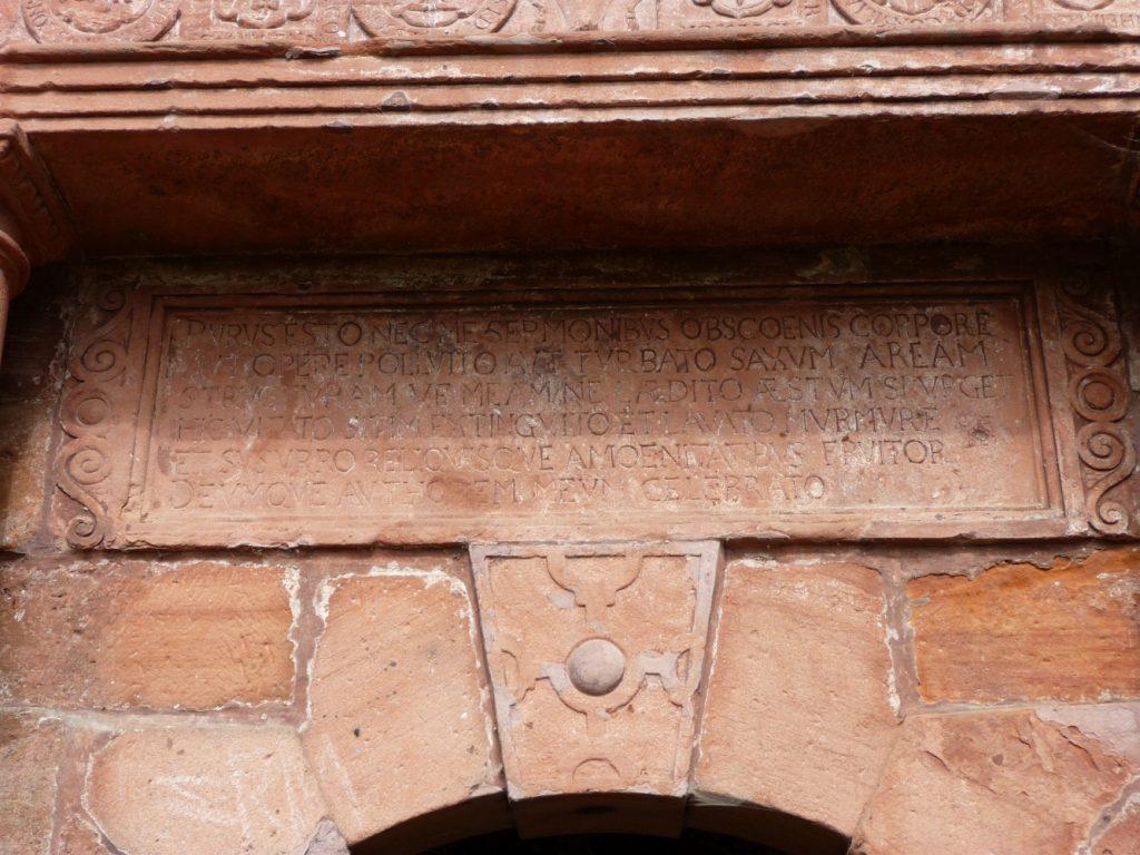 Brunnengesetze über dem Eingang zum Elisabethbrunnen bei Schröck