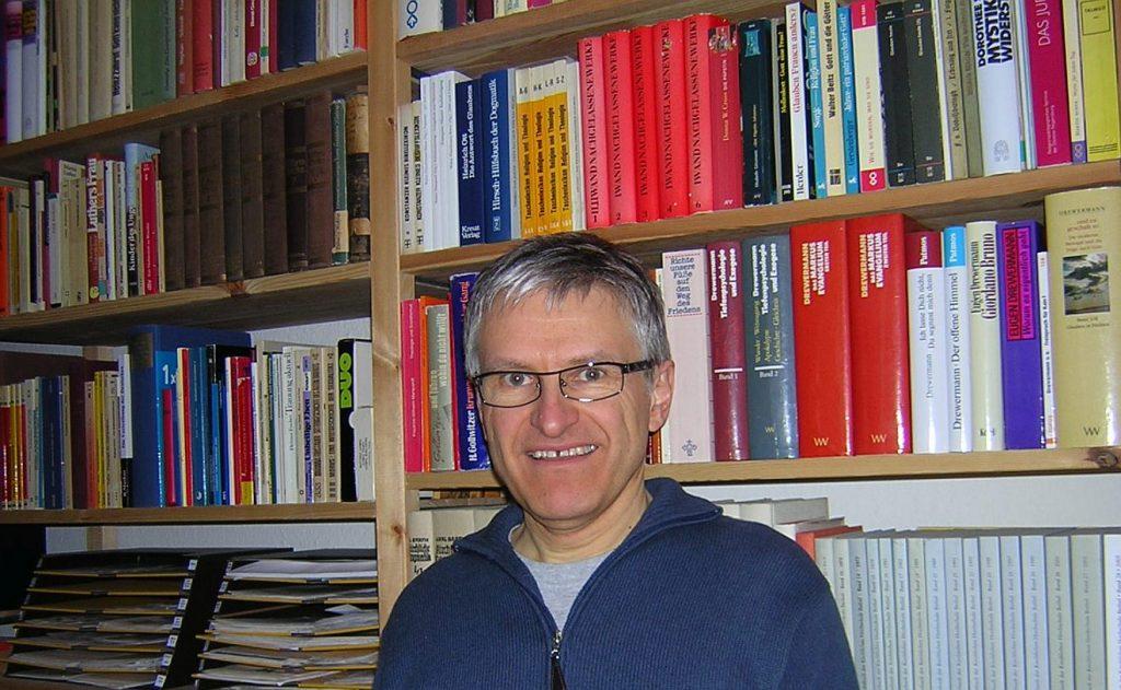 Helmut Schütz im März 2006 vor einem seiner Bücherregale