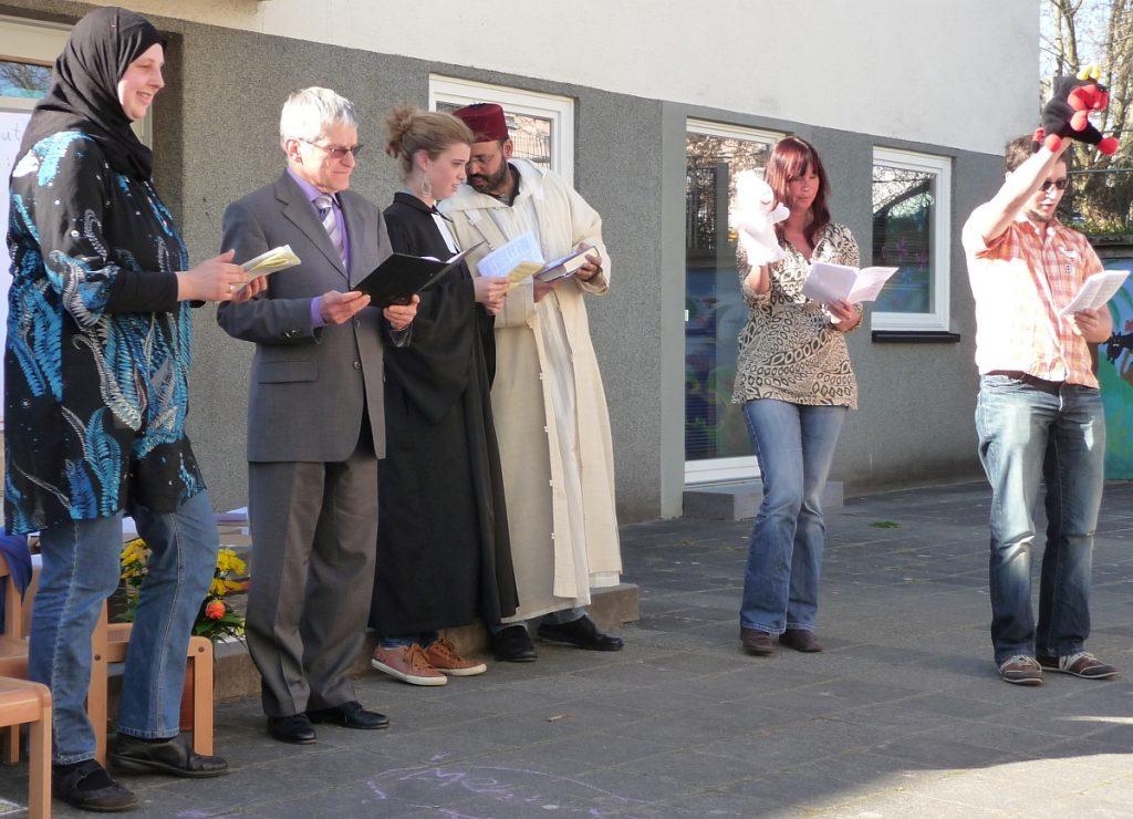 Menschenspiel der Handpuppen Lutz und Gabi bei der ersten interreligiösen Feier im Hof des Kinder- und Familienzentrums der Evangelischen Paulusgemeinde Gießen