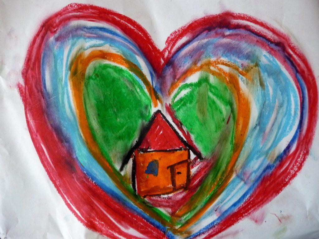 Mehrere Herzen umschließen einander und ein Haus in der Mitte