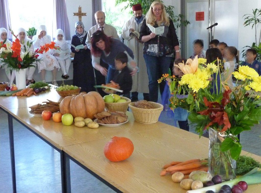 Die Kinder der Paulus-Kita schmückten im Gemeindesaal den Erntedanktisch