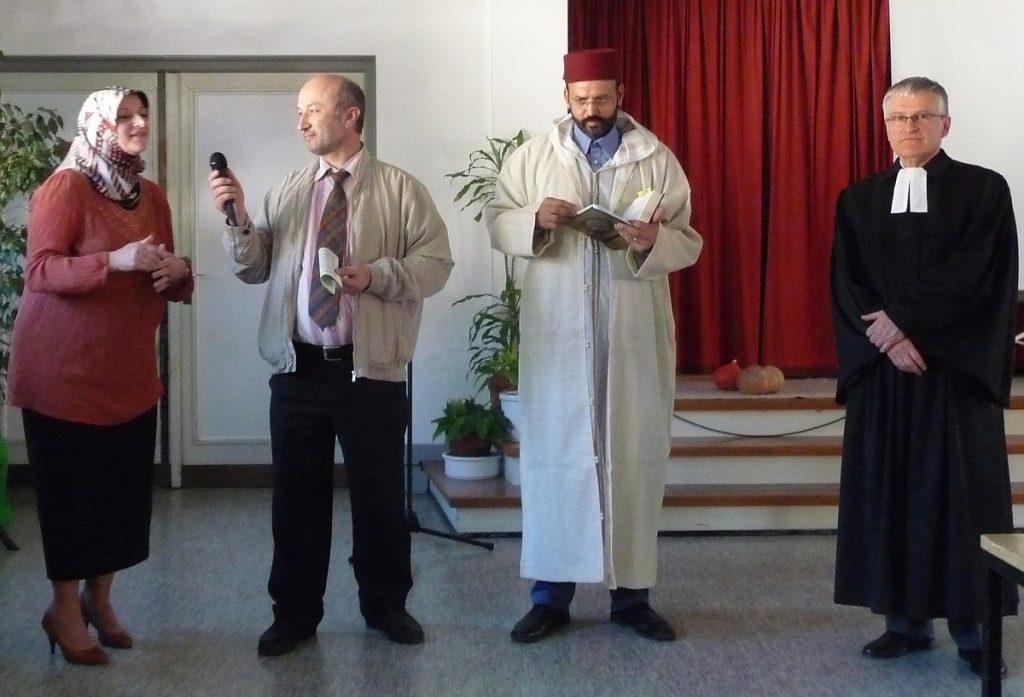 Imam Hairi Cihangeri begrüßt die Anwesenden, und Aynur Atmaca übersetzt seine Worte