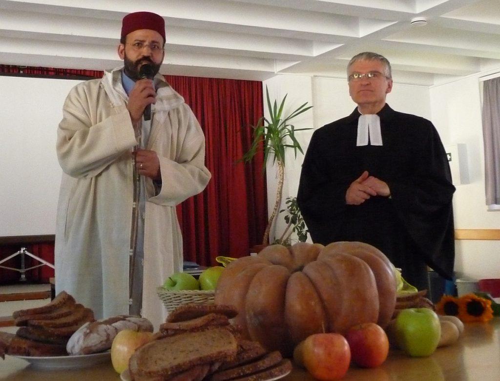 Abderrahim En-Nosse trägt vor, was im Koran zur Weltschöpfung steht