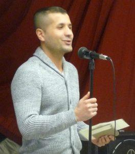 Mislet Akin steuert zur interreligiösen Feier ein Jezidisches Gebet bei