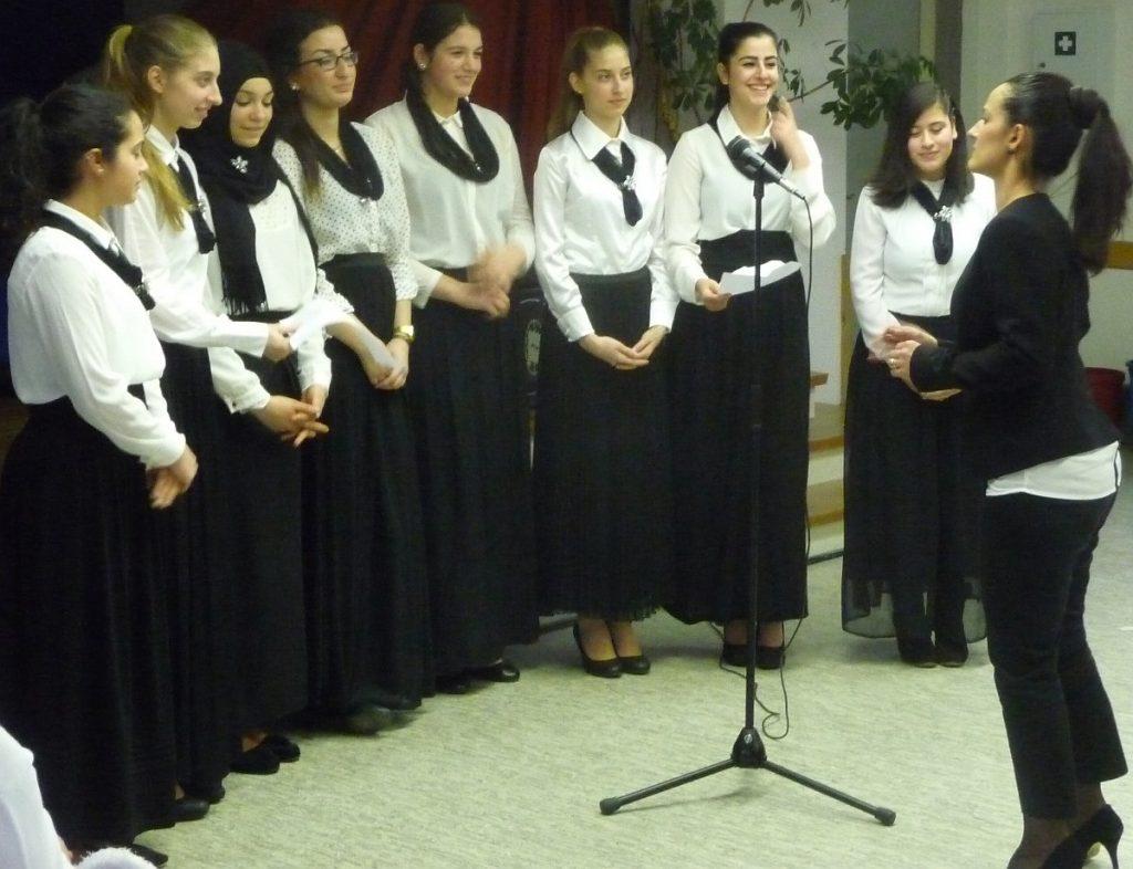 Der Mädchenchor der Türkisch-Islamischen Gemeinde singt ein Lied von einem Freund