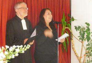 Pfarrer Helmut Schütz und Tugba Sahin begrüßen alle Anwesenden