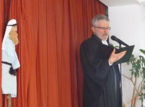 Pfarrer Schütz spielt Jakob, der von Engeln träumt