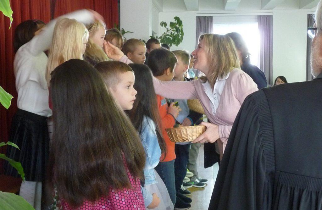 Die Erstklässler bekommen von ihren Lehrerinnen einen Engel mit auf ihren Schulweg