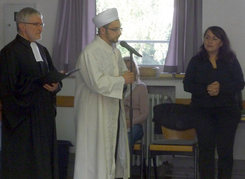Nach den gemeinsamen Fürbitten trägt Imam Mohammet Duran die 1. Sure aus dem Koran vor