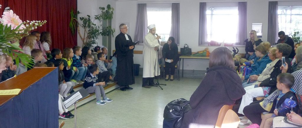 ... und Pfarrer Helmut Schütz lädt zum Mitbeten des Vater unser ein