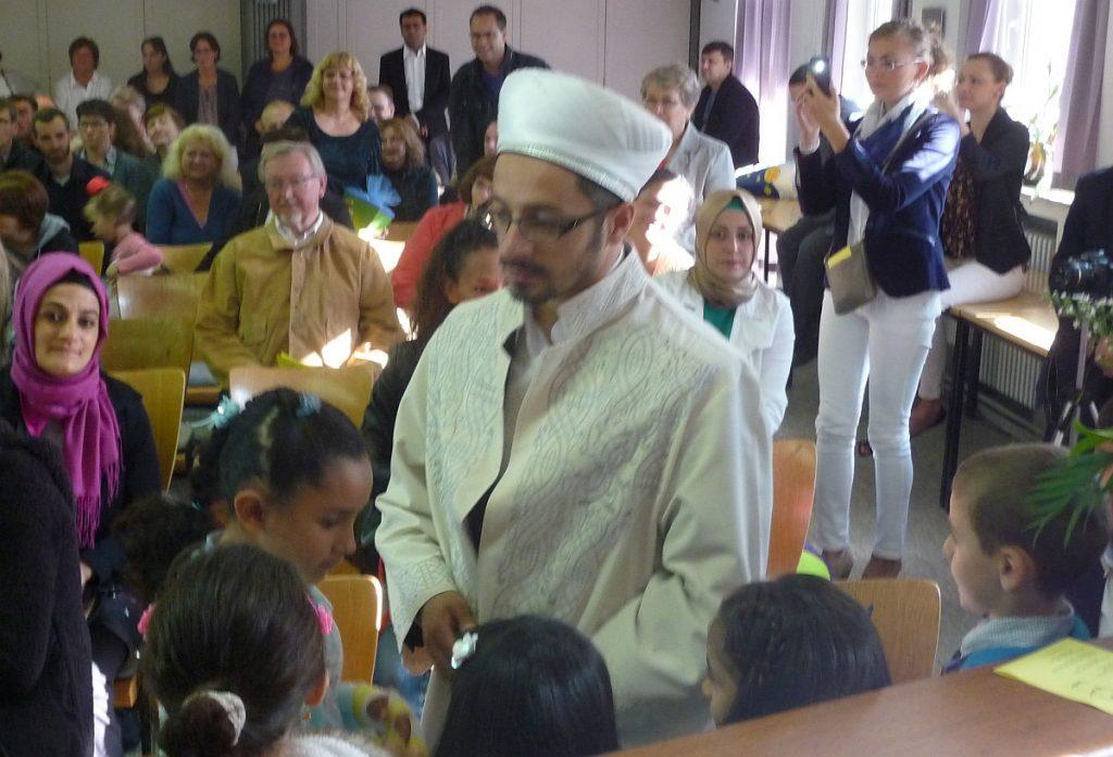 Imam Duran beglückwünscht die muslimischen Schulkinder zum Schulanfang