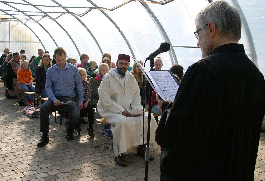 Pfarrer Helmut Schütz eröffnet die Feier im Namen des einen Gottes, der uns auf dreifache Weise begegnet