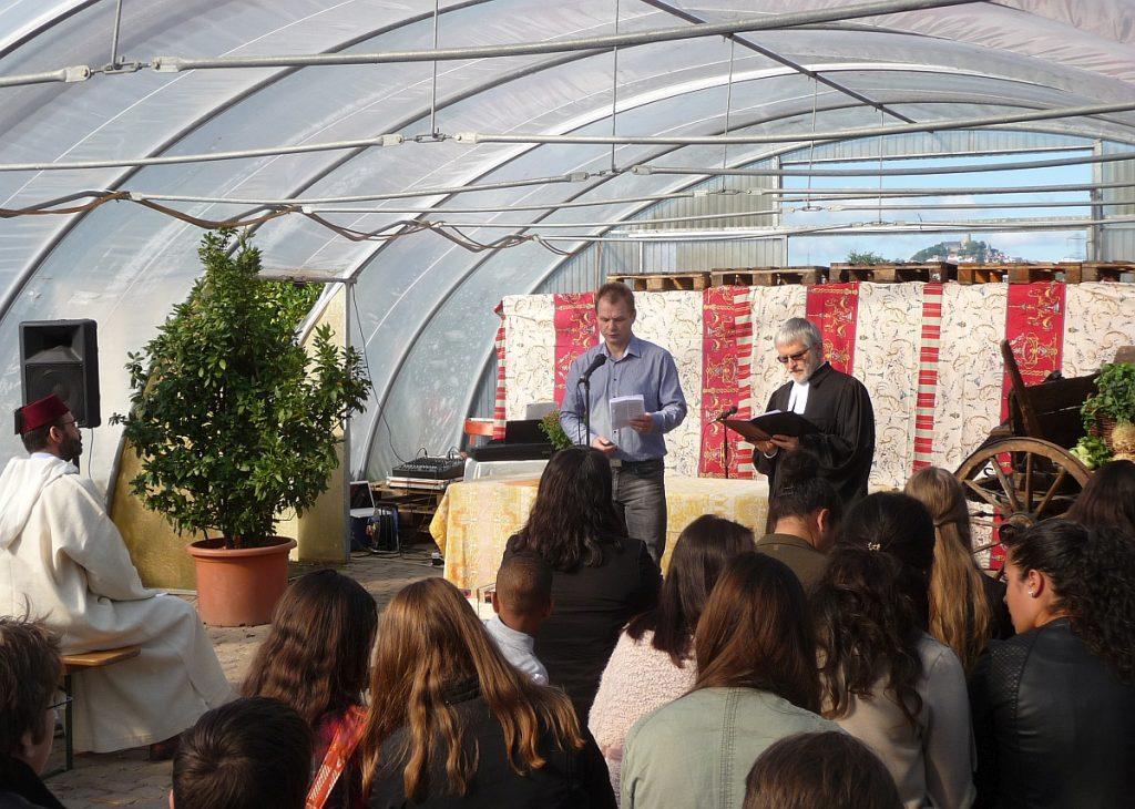 Kirchenvorsteher Peter Kubik und Pfarrer Helmut Schütz halten eine christliche Ansprache